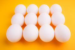 Witte eieren op een gele achtergrond Royalty-vrije Stock Foto