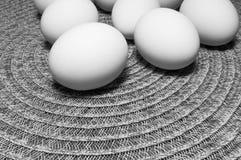 Witte Eieren op een Lijst stock fotografie