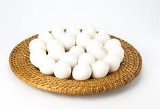 Witte eieren op rieten dienblad Stock Afbeelding