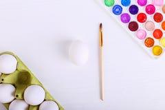 Witte eieren, verven en leeswijzers, voorbereiding voor kleuring voor Pasen royalty-vrije stock fotografie