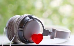 Witte elegantie headfones en rood hart royalty-vrije stock foto's
