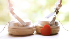 Witte elegantie headfones en rood hart stock foto's