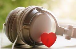 Witte elegantie headfones en rood hart royalty-vrije stock afbeeldingen
