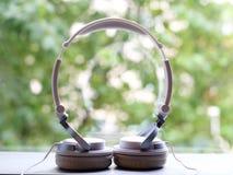 Witte elegantie headfones op aardachtergrond royalty-vrije stock fotografie
