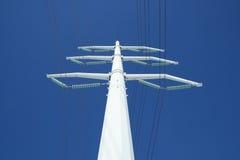 Witte elektriciteitspyloon en de blauwe hemel Royalty-vrije Stock Foto's