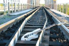 Witte elektrische gitaar op de spoorwegsporen en de stenen Royalty-vrije Stock Afbeelding
