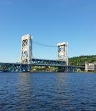 Witte en blauwe brug die een rivier op zonnige de zomerdag overspannen Royalty-vrije Stock Afbeelding