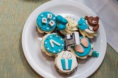 Witte en blauwe cupcakes voor een kinderen` s verjaardag Royalty-vrije Stock Afbeelding