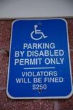 Witte en Blauwe Gehandicapten die Teken parkeren stock fotografie