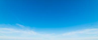 Witte en blauwe hemel stock foto