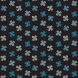 Witte en blauwe het patroon zwarte achtergrond van het bloemgekrabbel Stock Foto's