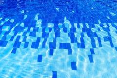 Witte en blauwe keramische tegels op de bodem van de pool onder water royalty-vrije stock foto's