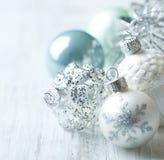 Witte en blauwe Kerstmisballen Stock Foto