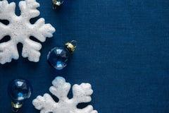 Witte en blauwe Kerstmisornamenten op canvasachtergrond Vrolijke Kerstkaart Royalty-vrije Stock Fotografie