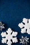 Witte en blauwe Kerstmisornamenten op canvasachtergrond Vrolijke Kerstkaart Stock Foto's