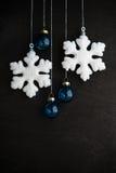 Witte en blauwe Kerstmisornamenten op zwarte houten achtergrond Vrolijke Kerstkaart Royalty-vrije Stock Foto