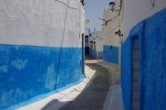 Witte en blauwe stegen in oude medina van Rabat royalty-vrije stock fotografie