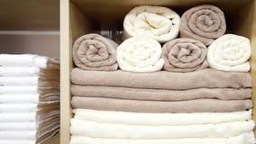 Witte en bruine beige die Handdoeken op een Plank worden gevouwen en worden gestapeld royalty-vrije stock fotografie