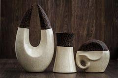 Witte en Bruine Decoratieve Voorwerpen op Bruine Achtergrond Royalty-vrije Stock Afbeeldingen