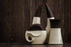 Witte en Bruine Decoratieve Voorwerpen op Bruine Achtergrond Stock Foto's