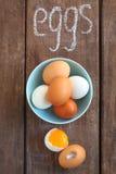 Witte en bruine kippeneieren Stock Fotografie