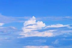 Witte en bruine wolk op blauwe hemel Royalty-vrije Stock Afbeelding