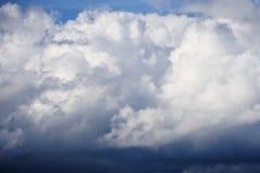 Witte en donkerblauwe wolken in de de lentehemel, die regen en onweersbuien aankondigen stock afbeelding