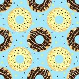 Witte en donkere chocolade donuts met blauwe achtergrond Royalty-vrije Stock Fotografie