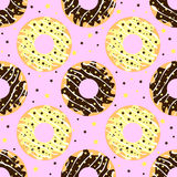 Witte en donkere chocolade donuts met roze achtergrond Stock Foto