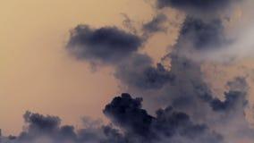 Witte en donkere onweerswolken stock footage