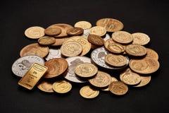 Witte en gele die goudstaven en muntstukken op zwarte achtergrond worden geïsoleerd stock afbeelding