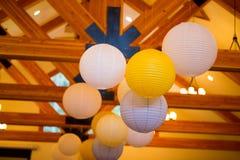 Witte en Gele Document Lantaarns bij Huwelijk stock foto