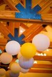 Witte en Gele Document Lantaarns bij Huwelijk stock afbeelding
