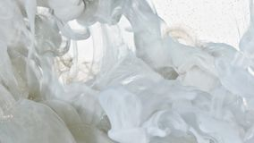 Witte en Gouden Inkt in Water stock videobeelden