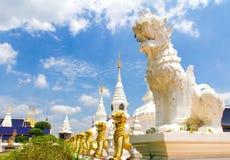 Witte en gouden leeuw die de pagode bewaken, chiang MAI Royalty-vrije Stock Foto's