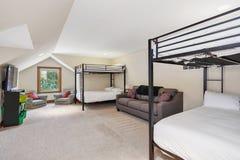 Witte en grijze stapelbedruimte met gewelfd plafond stock afbeelding