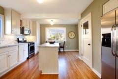 Witte en groene keuken met luxeontwerp Stock Fotografie