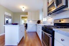 Witte en groene keuken met luxeontwerp. Stock Foto
