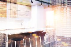 Witte en houten keukenhoek met een gestemde bar Royalty-vrije Stock Afbeelding