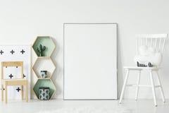 Witte en houten stoel in het binnenland van de jong geitje` s ruimte met model van emp royalty-vrije stock foto