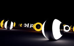Witte en oranje gloeiende glanzende ballen op zwarte oppervlakte 3D rende Stock Foto's