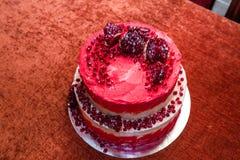 Witte en rode cake op twee niveaus met granaatappel Royalty-vrije Stock Foto's