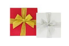 Witte en rode die giftdozen met lint over wit wordt geïsoleerd Royalty-vrije Stock Foto