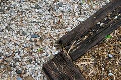 Witte en rode die stenen ter plaatse door oud hout worden gescheiden stock foto