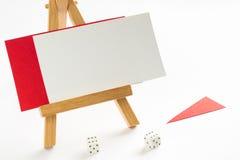 Witte en rode kaart die op een houten tribune liggen Stock Foto