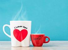 Witte en rode kop hete koffie, Liefdeconcept Stock Fotografie