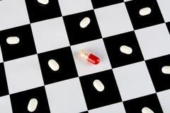 Witte en rode pillen Stock Fotografie