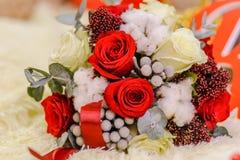Witte en rode rozen in boeket Royalty-vrije Stock Foto