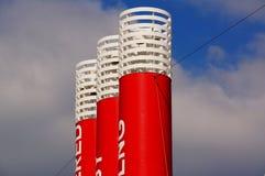 Witte en rode schoorsteen op schip Stock Foto's