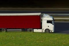 Witte en rode semi vrachtwagen op weg Royalty-vrije Stock Fotografie